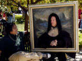 (DENVER Colo., September 5, 2004)  Performer Paul Borrillo (right) in his Mona Lisa painting talks...