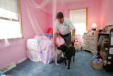 (NYT53) SPARTA, N.J.  -- June 12, 2006 -- DETECTIVE-DOGS -- Jada seeks bedbugs with her owner and...