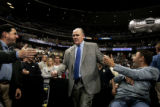 (DENVER shot on 4/1/05)   Nuggets head coach George Karl (center) retakes the court after halftime...