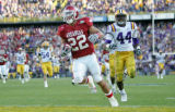 Arkansas Democrat-Gazette/JEFF MITCHELL--11/23/07--Arkansas running back Peyton Hillis scores...