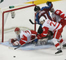 DM0654  Colorado Avalanche Peter Forsberg battles in front of the Detroit Red Wings goal in the...