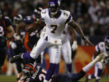 [ JPM734 ]  Minnesota Vikings Tarvaris Jackson hops over Hamza Abdullah on a 32 yard scramble in...