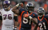 [ JPM1031 ] Denver Broncos Jamie Winborn flexes for the crowd against the Minnesota Vikings on...
