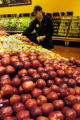 (SUPERIOR  Colo., October 20, 2004) Alex Haren stacks apples at the Superior Wild Oats Market...