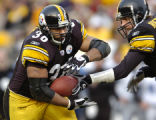 1/1/2006  PITTSBURGH :    Pittsburgh Steelers Jerome Bettis takes handoff from quarterback Ben...
