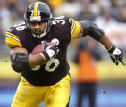 12/4/2005   PITTSBURGH :  Pittsburgh Steelers Jerome Bettis makes his way to the endzone for...